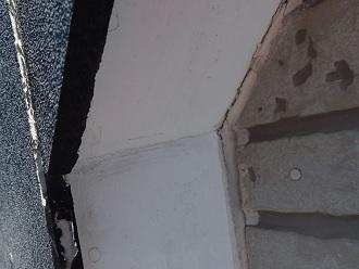 軒天と外壁部分シーリングヒビ