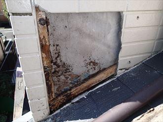 雨水が入り込み腐食してしまった外壁材の下地