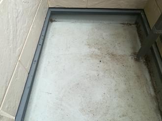 ベランダ床の汚れが目立ち始めています
