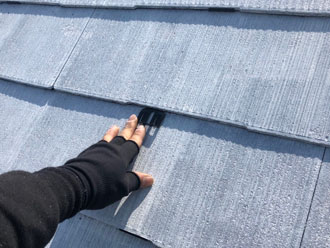 屋根塗装 下塗り後のタスペーサー設置作業