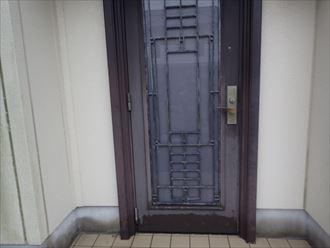 色あせてしまった玄関ドア