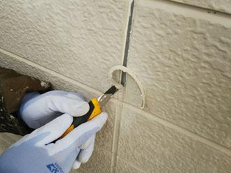 外壁塗装後、旧シーリング材をカッターで撤去