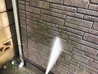 高圧洗浄で外壁の藻を除去