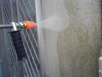 高圧洗浄で藻を除去
