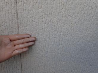 チョーキング現象とピンホールが目立つ外壁
