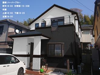 屋根:ハーバーブルー 軒天:N-93 付帯部:15-20B 外壁 上部:N-93 下部:N-25 玄関:N-93