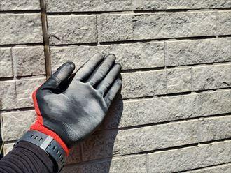 八千代市高津東にて築25年が経過したサイディング外壁の調査ではチョーキング現象やクラックが生じていました