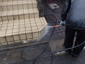 玄関周りの洗浄作業