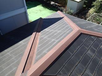 複雑な形状のスレート屋根には色褪せが目立ちます