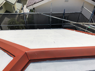 棟板金に錆止め塗料を塗り、下塗りを行います