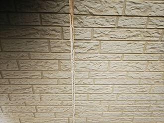 千葉市若葉区源町で行った外壁調査でシーリング材のひび割れを発見