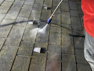 高圧洗浄で屋根表面の汚れを落とす