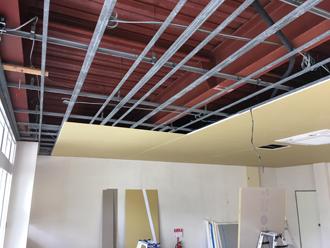石膏ボードを取り外し、新しい天井を設置していきます