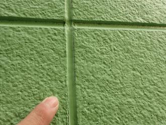 外壁にはポンホールが目立ち、シーリング材も剥離しています
