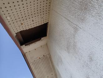 軒天に一部、剥がれが見られます