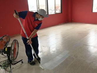 床に接着剤を塗布