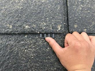 スレート屋根の屋根塗装を行う前にタスペーサーを設置し、隙間を確保