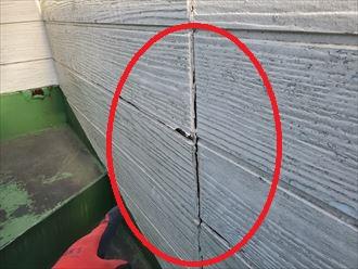 シーリング材の劣化によりサイディングが反っています