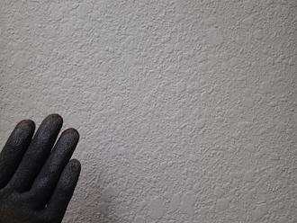 モルタル外壁のチョーキング現象を確認