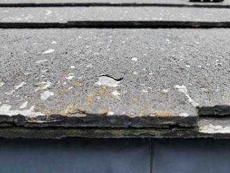 パミール屋根の表面が剥がれてしまっている様子