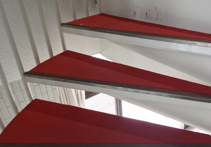 長尺シート張替え前の階段