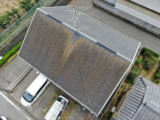 スレート屋根の片面に苔が目立ちます