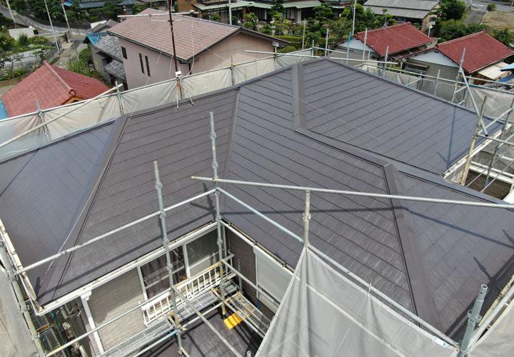 サーモアイSi クールディープグレーで屋根塗装を実施後、ドローンで上から撮影