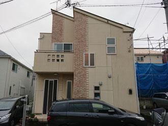 パミール屋根でモルタル外壁 メンテナンスを検討している2階建て住宅