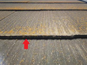 屋根材重なり部分の隙間を確認
