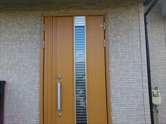 玄関ドアの色に合わせた外壁塗装