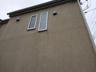 汚れが目立つクリーム色のモルタル外壁