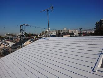サーモアイ4F クールホワイトで屋根塗装を行ったスレート屋根 工事完工後
