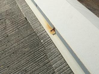 棟板金の釘が錆びている