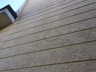経年劣化で汚れが目立つ窯業系サイディング外壁