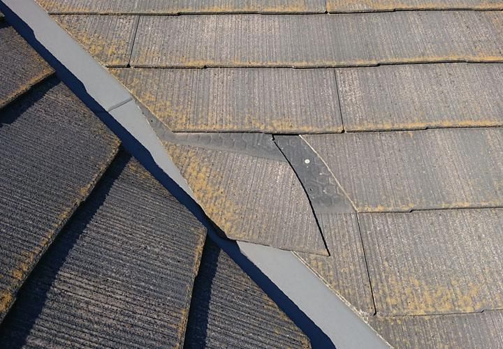 経年劣化でスレート屋根が欠け、ズレてしまっている様子