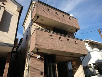 外壁塗装と屋根塗装を検討している3階建て住宅