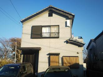 屋根工事と外壁塗装を検討している2階建て住宅