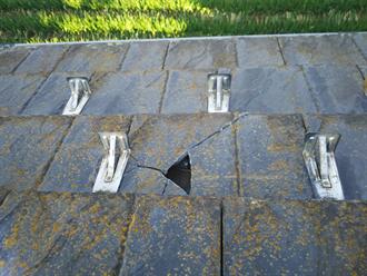 屋根材の破損跡