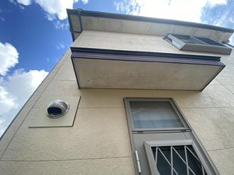窯業系サイディング外壁や軒天の汚れが目立ちます