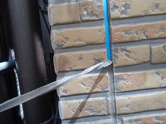 劣化した目地部分のシーリング材を撤去