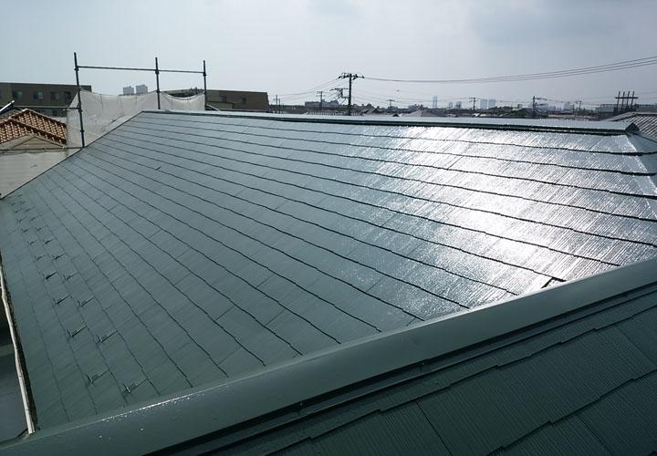 ファインシリコンベスト ボローニャグリーン塗装完工後のスレート屋根