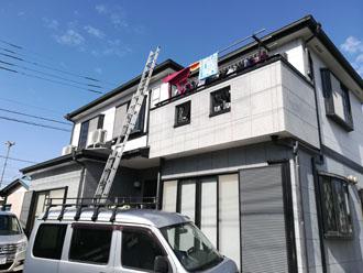 外壁の劣化が気になり、住宅のリフォーム工事を検討している2階建ての邸宅