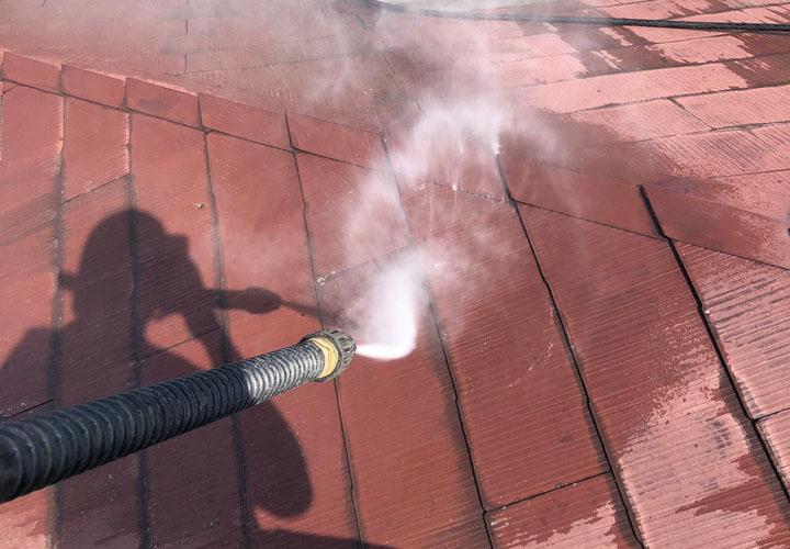 高圧洗浄で屋根に付着した藻とカビ、旧塗膜を除去