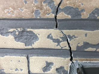 格子からクラックが発生した窯業サイディング外壁