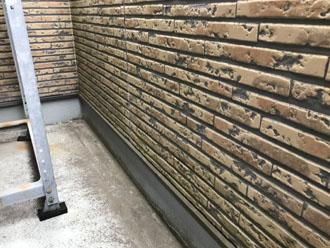 ベランダ部分の窯業サイディング外壁 苔で緑色に変色
