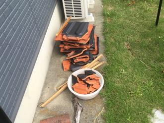台風によって落下した瓦