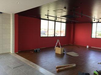床と天井の張替え後、間仕切り壁を設置していきます