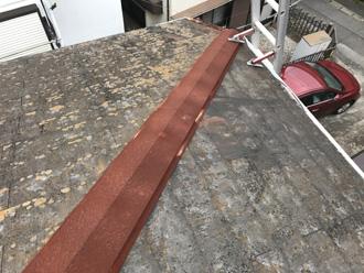 スレート屋根と錆びた板金
