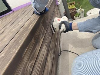 ケレン作業でウッドデッキの汚れや旧塗膜を除去