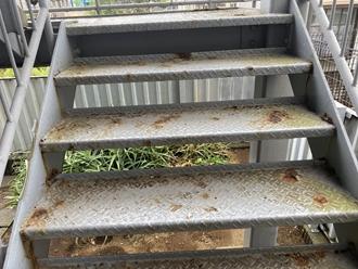 千葉市稲毛区山王町にて鉄階段の腐食調査、下地処理を行い塗装工事